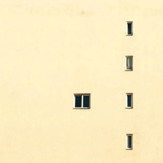 Fünf Fenster.
