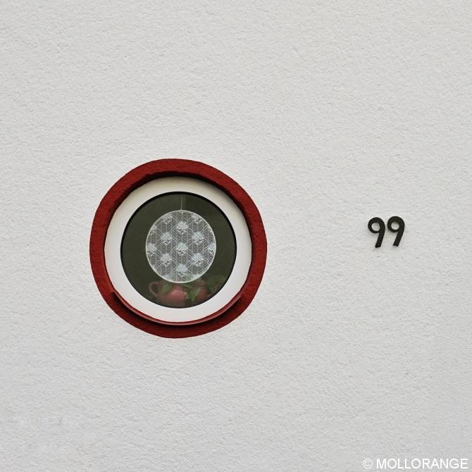 Badfenster, rund. Hausnr 99.
